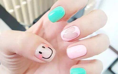 带笑脸的粉蓝色个性美甲款式,不管是指甲还会你,记得每天都要笑哦!